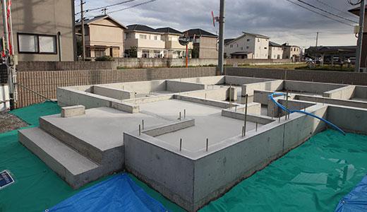 基礎工事は家づくりの土台となるとても重要な部分です。基礎は建物の要だという考えから、丸尾建築では使用する鉄筋量やコンクリート強度にこだわり、丁寧な施工を心掛けています。丸尾建築が建てるお家は、外周だけの布基礎ではなく、強固な盤面で基礎を一体化するベタ基礎を採用しています。地面から上がってくる湿気や白アリを防ぐこともでき、建物の品質を長く保つことができます。
