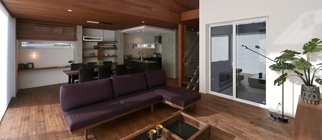 SE構法を採用し、最高レベルの耐震等級3、耐風等級2を確保しながらもダイナミックな吹き抜けのあるリビングを実現した姫路支店モデルハウス「美透す家」。