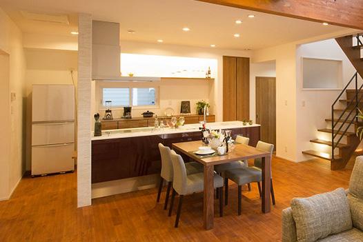 キッチンを中心に回遊できる動線