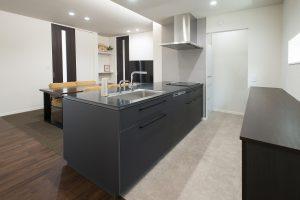 フルフラットのキッチンは、収納をサイドにまとめて配置することで、スマートにすっきりとしたダイニングスペースに。