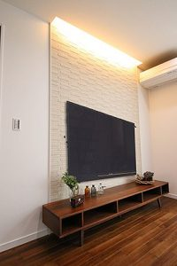 リビング側のTV後ろの壁面はエコカラットを貼り、間接照明を合わせました