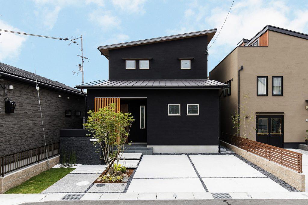 木と触れ合う漆黒スタイルの家