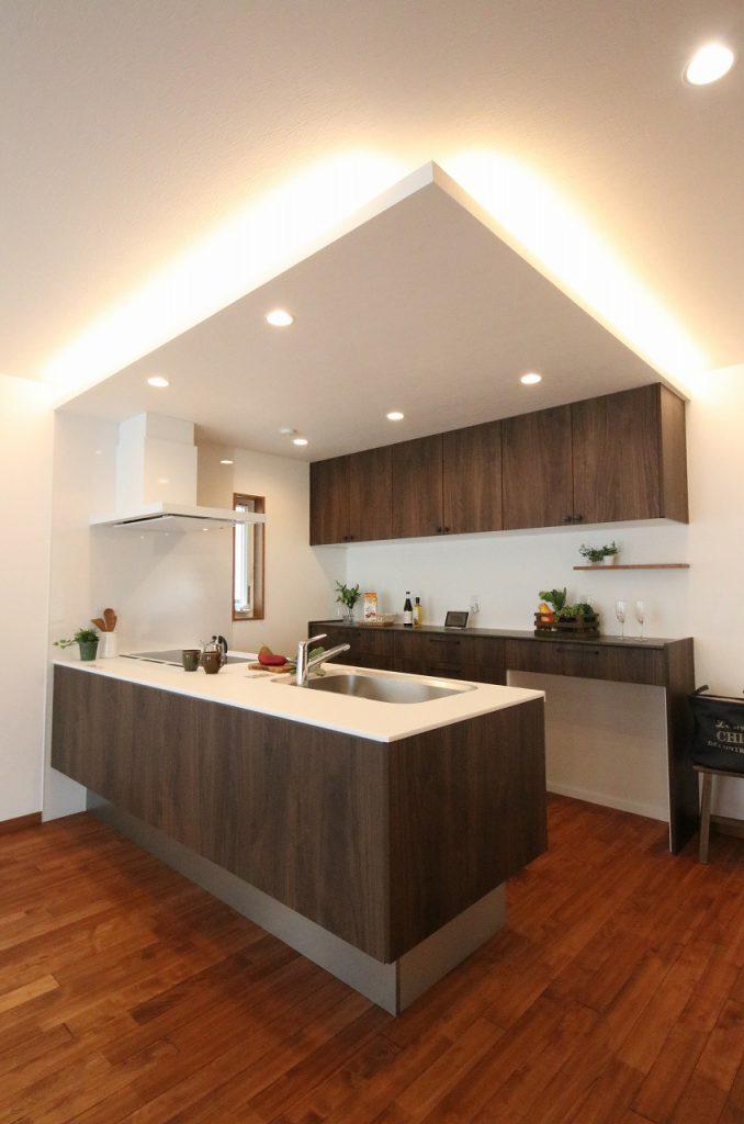 家事をしながら家族とのコミュニケーションがとりやすい、フルオープンの対面キッチン。