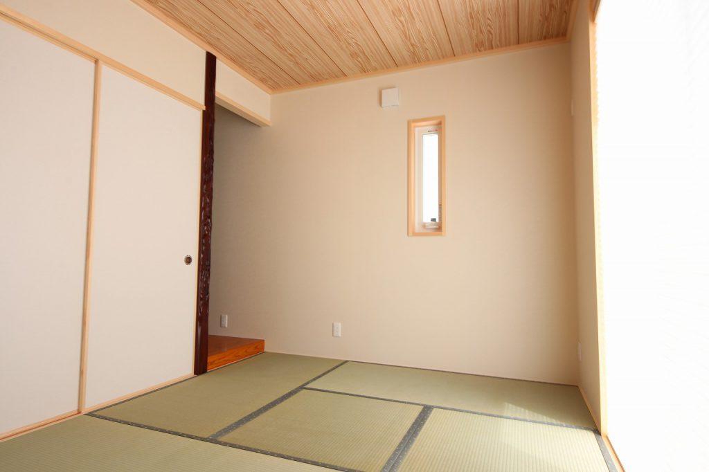 リビングと一体になったナチュラルな印象の和室。