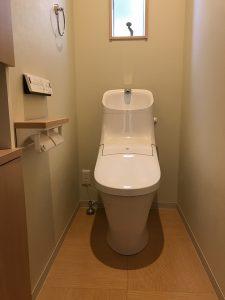 床材にラワン材を使用したトイレ
