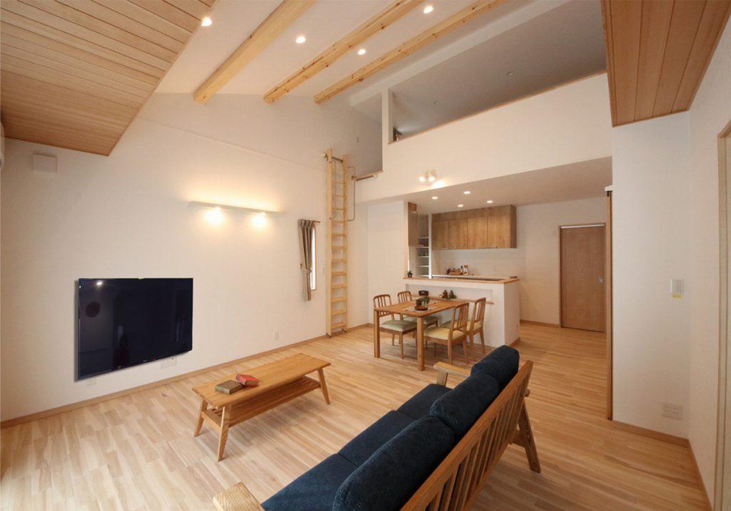 オリジナルの無垢の床材、板張りの天井など木の香り溢れる空間に。