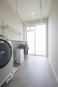 ランドリールーム。洗濯→干す→乾かす→畳むまでのすべてが出来るスペースに。