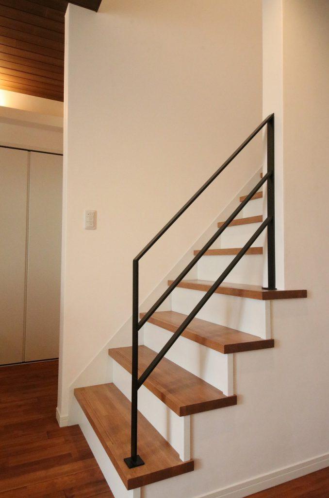 キッチンに立つママから見えるリビング階段。 玄関から水廻り、リビングへと回遊できるので朝の忙しい時間帯にも 動線が重ならずスムーズです。