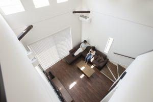 吹き抜けやハイドアを採用することで、さらに開放感が増した心地よい空間になるよう デザインされています。