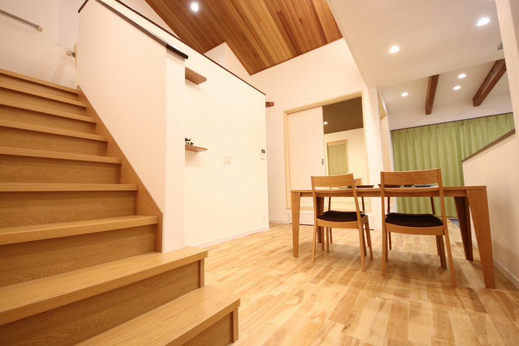 床はオリジナルの無垢の床材を使用。木のやさしい香りに包まれ、一年中素足で過ごせる心地良さが足裏から伝わります。