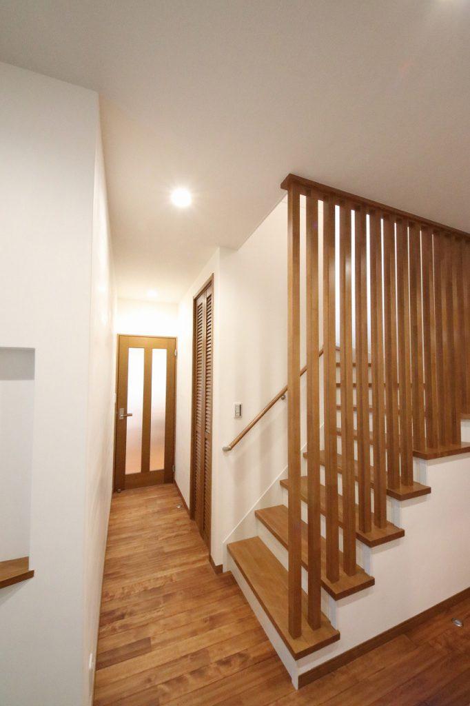 スタイリッシュに目隠しできる階段登り口のルーバー。