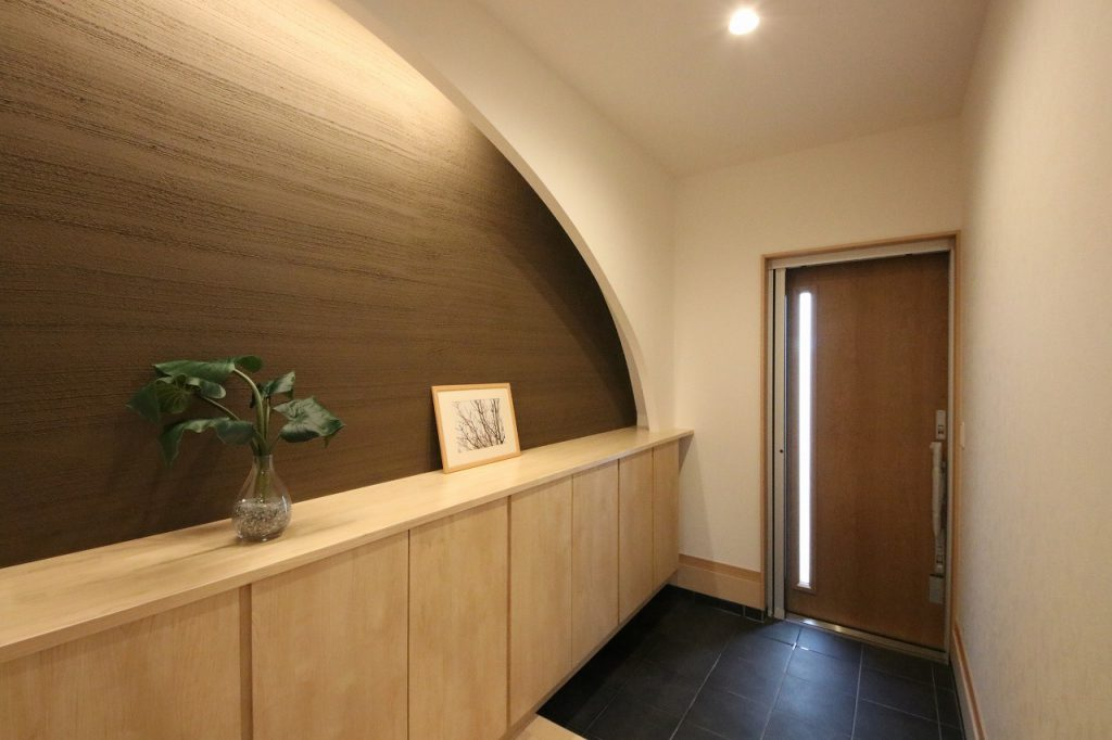 アーチ状の壁が独特な玄関ポーチ。