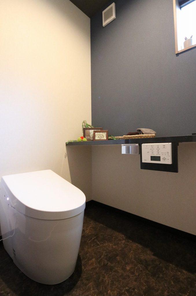 シックで深みのある配色のトイレ