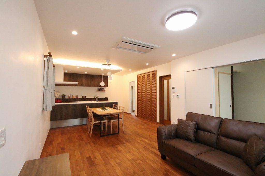 キッチンから洗面、浴室が直線で繋がり、家事動線が短縮されたスマートな間取りに。