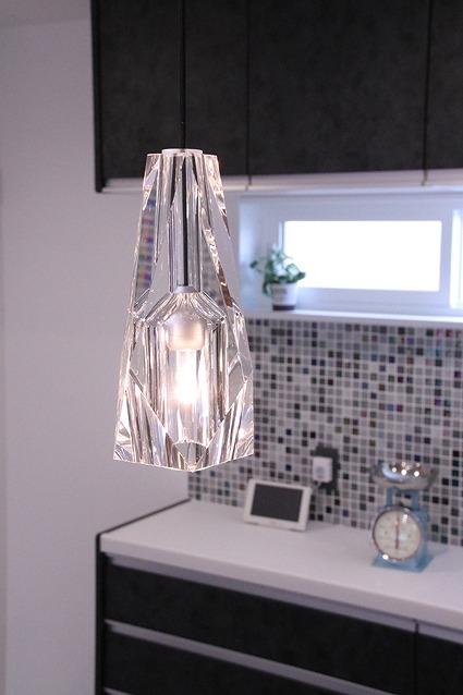 ガラスモザイクのタイルと照明の素材を合わせたコーディネート