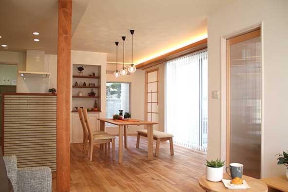 オリジナル無垢床と漆喰で仕上げたLDK。大開口の窓を開けるとアウトサイドリビングとして使える庭つながります
