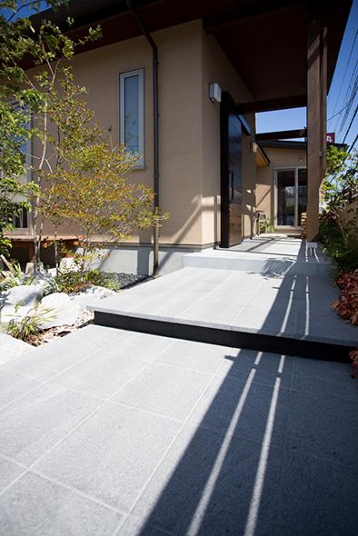 玄関までのアプローチ、庭をながめながら家の中へ