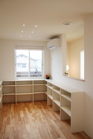 2階階段ホールを活かしたフリースペースには、ディスプレイ用の棚を設置