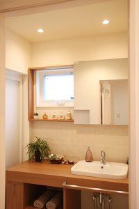2人並んで使えるゆったりした洗面スペース、鏡はスライドし収納棚に