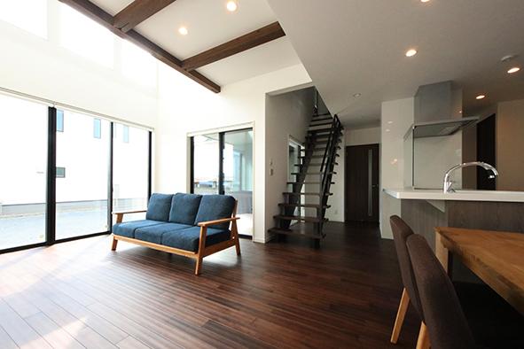 耐震構法SE構法で建てた、大開口の窓と吹き抜けあるリビングのお家
