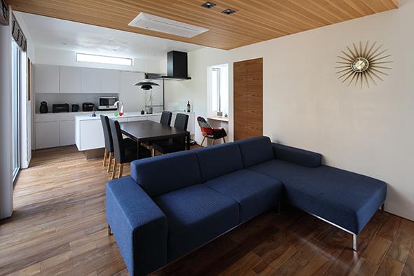無垢の床と漆喰で仕上げたLDK。大開口の窓でウッドデッキへとフラットでつながり、外の空間を楽しめます。