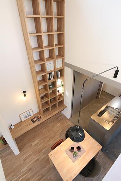 天井まである壁に造りつけられた大きな本棚
