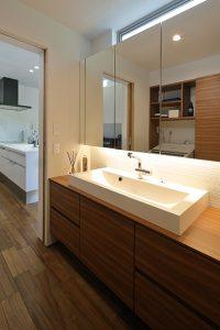 キッチンから直線でつながる水廻り。2人並んで使える広めの造作洗面台。