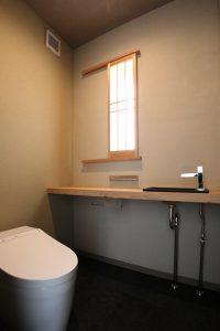 「和」のテイストでまとめたトイレ