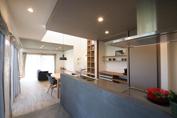 キッチンの床やカウンターの腰壁は、モルタルで仕上げ、無骨なオシャレさのある空間に。