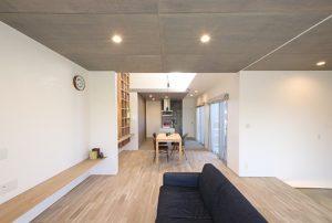 自然素材のオリジナル漆喰とオリジナル無垢床で仕上げたリビングは、ナチュラルな優しい雰囲気に。