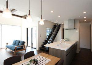 キッチンをぐるっと回れる回遊動線に。アイアン手摺のリビング階段がおしゃれ