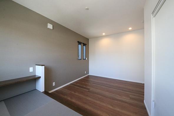寝室には小上がりの畳コーナー、夜は壁がスクリーンの代わりになり映画鑑賞を楽しめる
