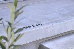 玄関アプローチにあるHELLOの文字がおしゃれ