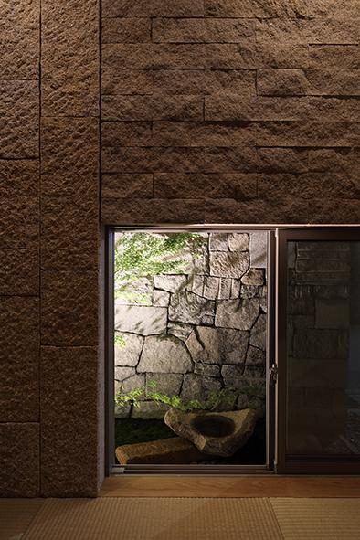 地窓は石積の壁で視線をカット。