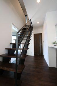 ウッドデッキに面した窓からの日差しも取り込むことのできるスケルトンタイプのデザイン階段
