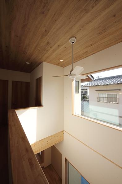 吹き抜け上部も板張りの天井仕上げに
