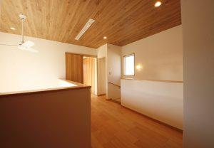 2階、階段ホール。吹き抜け上部とつながり開放的な空間に。