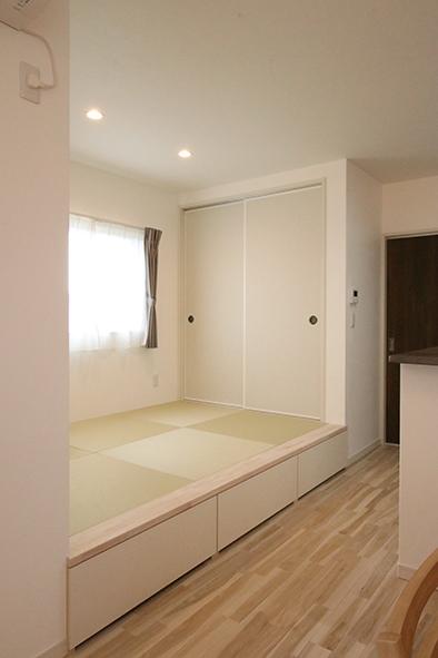 小上がりの畳コーナー。段差がイス代わりにもなり、引き出し式の収納もあり便利