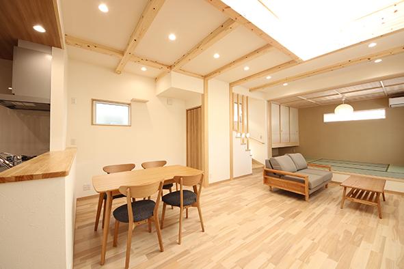 オリジナルの無垢材の床と漆喰の壁のリビングは、和の雰囲気が程よく取り入れたナチュラルな印象に。