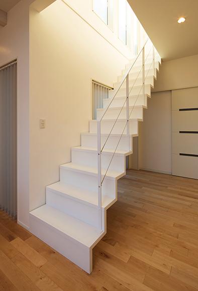 リビング階段はまるでオブジェのようなオープンのサンダー階段。