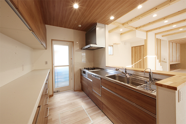 キッチンスペースの天井は板張りに。