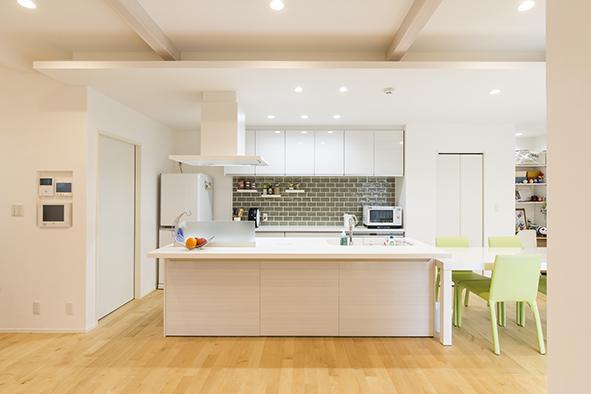 温もりを感じさせる色合いのタイルがアクセントになったアイランドキッチン。
