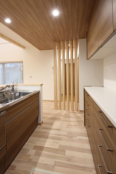 キッチンと洗面スペースを分けた木の格子