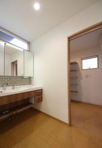 洗面スペースの奥に室内干しもできるランドリールームに。