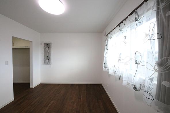 1階の寝室。大容量のウォークインクローゼット
