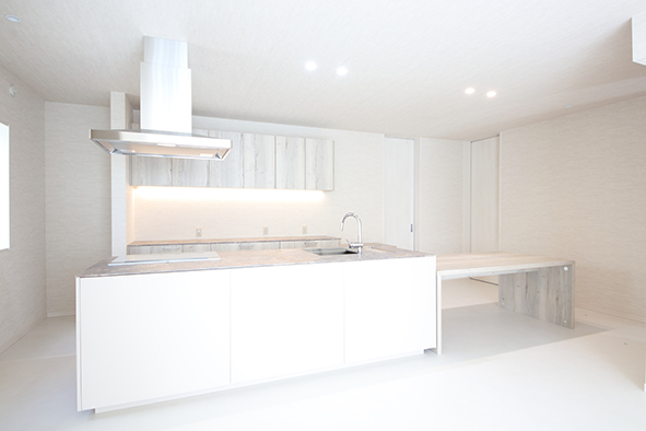 「kitchenhouse」のオーダーキッチンは、家事動線を考えたアイランド型。水回りスペースも、出したままにしておくアイテムは最低限に抑え、生活感を感じさせない仕上がりにまとめています。