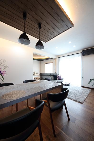 キッチンカウンターとテーブルを一体にすることで、食事の際の配膳や後片付けの動線をスムーズにすることが出来きます。