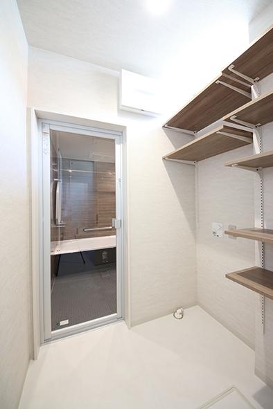 洗面スペースと脱衣スペースをわけ、プライベートスペースに。海外のオシャレなホテルのように浴室は透明ドアに。