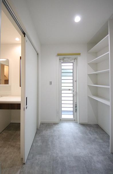 広めにとった脱衣スペース。収納棚もあり洗濯ものをそのまま片付けたり、室内干しスペースとして活用できます。