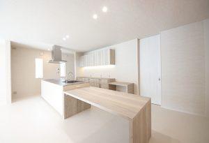 同じく「kitchenhouse」製のダイニングテーブル。リビングのドアはすべてハイドアを採用、広がりある空間に。